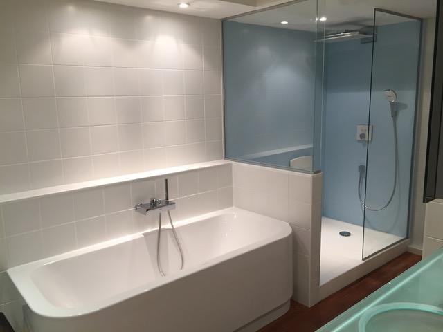 cr ation d une salle de bain dans une chambre d un duplex canet wc suspendu carreaux faience. Black Bedroom Furniture Sets. Home Design Ideas